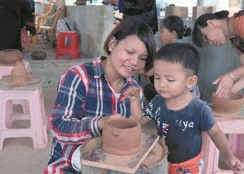 非遗传承人传授黎族原始制陶技艺