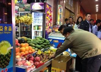 三亚一水果摊主缺斤少两 被警察拘留10日