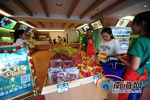 游客在该公司大东海专营店挑选水果