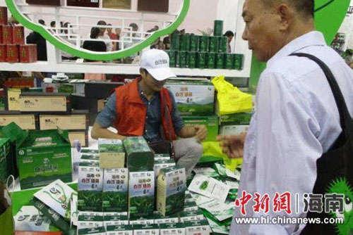 游客选购白沙绿茶