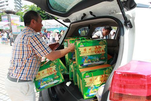 市民现场购买了一百箱粽子
