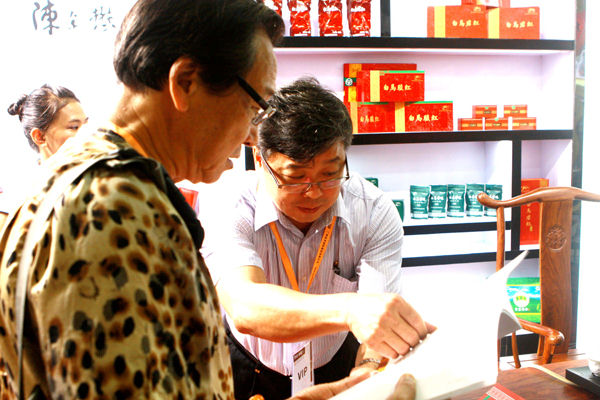 该场场长蔡锦源向客商介绍白马岭春茶产品