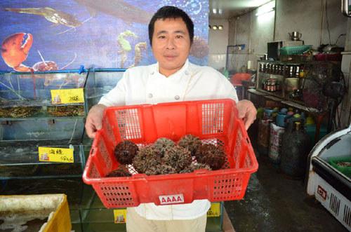 当地酒店厨师展示海鲜原材料