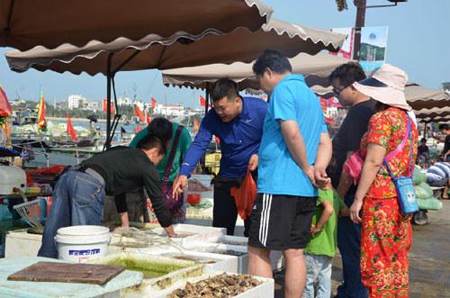 游客购买海鲜