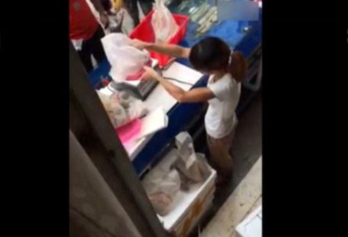 女摊贩手法娴熟淡定自若调换海鲜视频截图