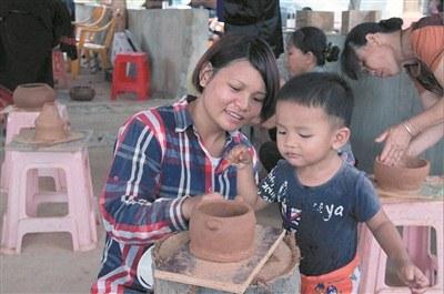 村民学习黎陶技艺