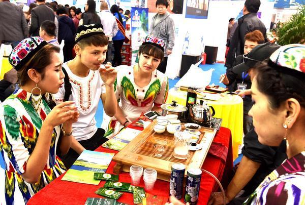 新疆学子在品尝白马骏红茶