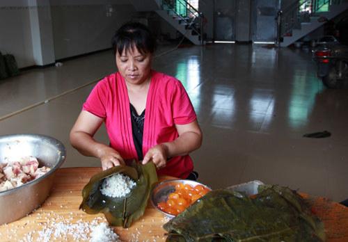 阿姨在制作和乐粽
