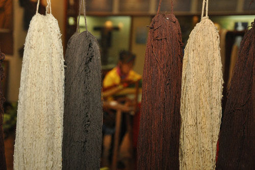 用天然染色材料上色后的木棉线