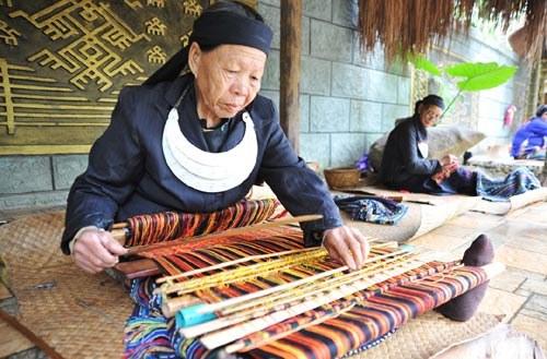 织黎锦的黎族老人