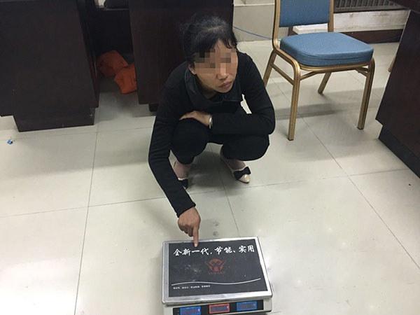 """三亚商家用""""八两秤""""卖水果被旅游警察拘留(配图)"""