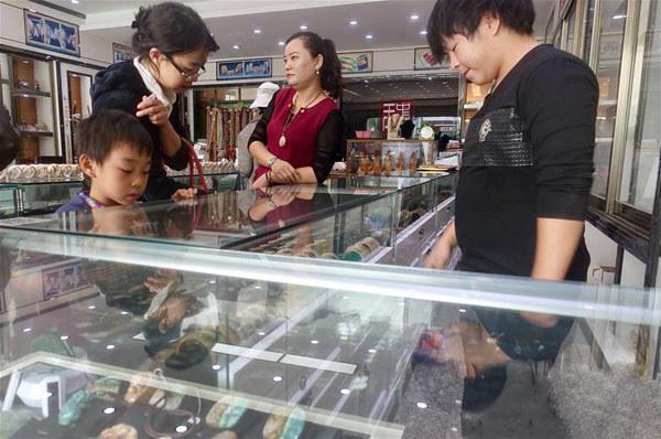 海南省琼海市潭门镇工艺品店里的砗磲及珊瑚制品被下架