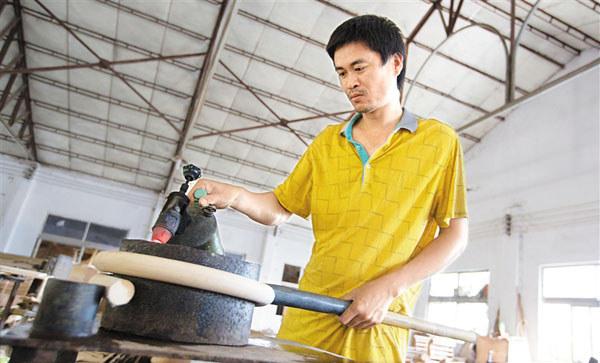 陵水黎族自治县藤竹工艺品企业生产车间,工人用藤制作家具