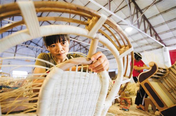 工人正在编制特色黎族藤制家具