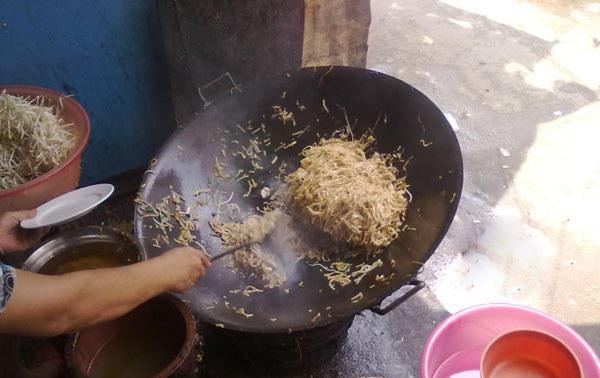 用大锅炒出的定安炒粉