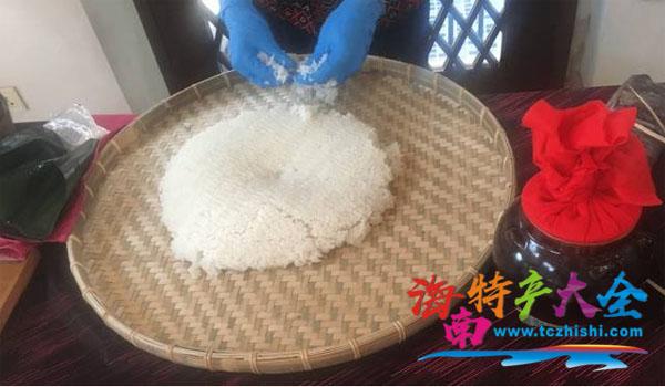 米饭冷却后加入恰当比例的特种酵母菌(酒曲或酒饼)拌匀